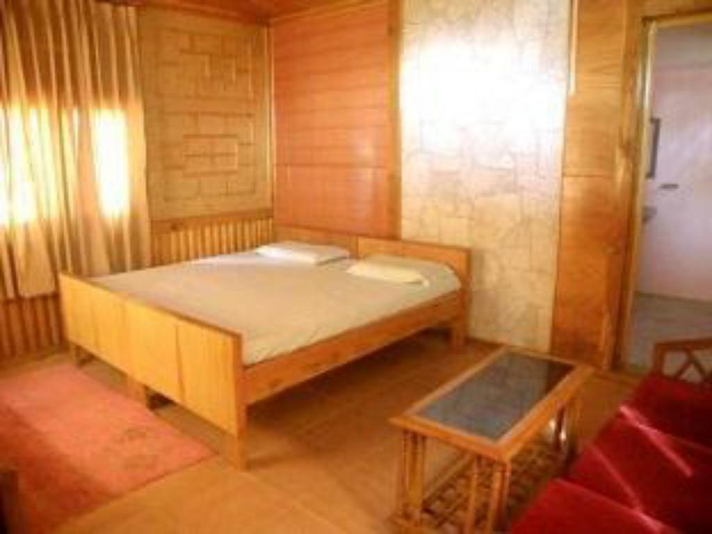 Deluxe Room(Ground Floor) - Bathtub United 21 Nanda Devi Mountains-Bageshwar Resorts