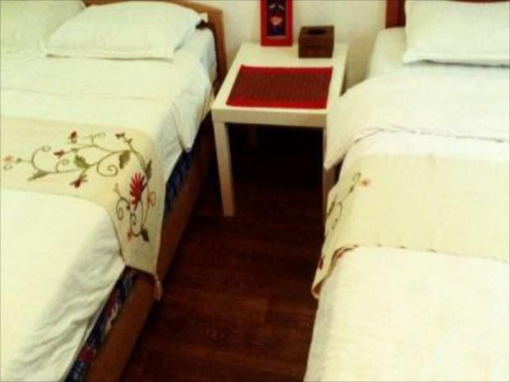 One Queen Bed with bathroom - 침대 드렁크 그레이트 월 호스탈 (Drunk Great Wall Hostal)