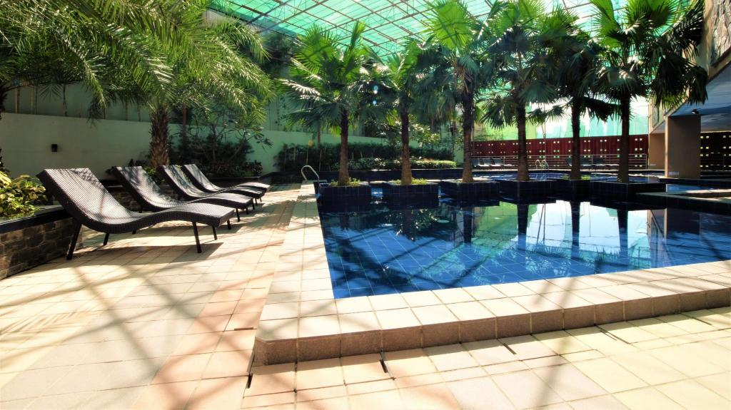 Swimming pool ZEN Rooms Sunshine City Suites