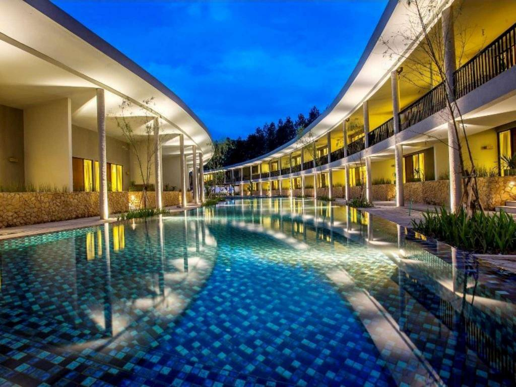 Kolam renang Hotel Neo+ Green Savana by ASTON