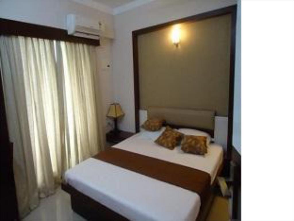 Executive Air Conditioning - Guestroom The Vrindavanam Apartment