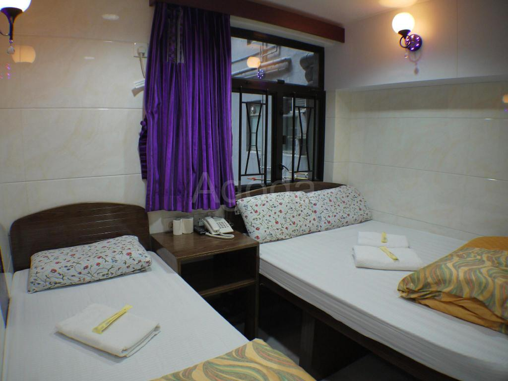 Triple - 1 Double Bed + 1 Single Bed Singapore Hostel