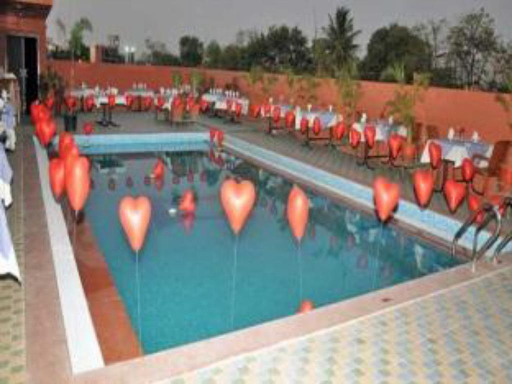 Swimming pool Hotel Yash Grand