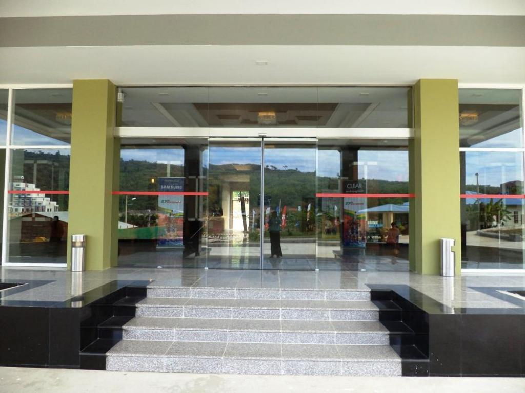 Entrance Jade Royal Hotel