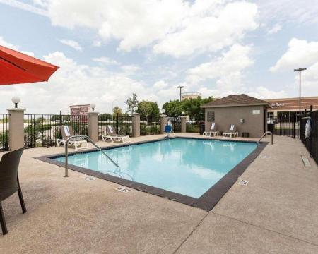Swimming pool [outdoor] Comfort Suites near Westchase on Beltway 8