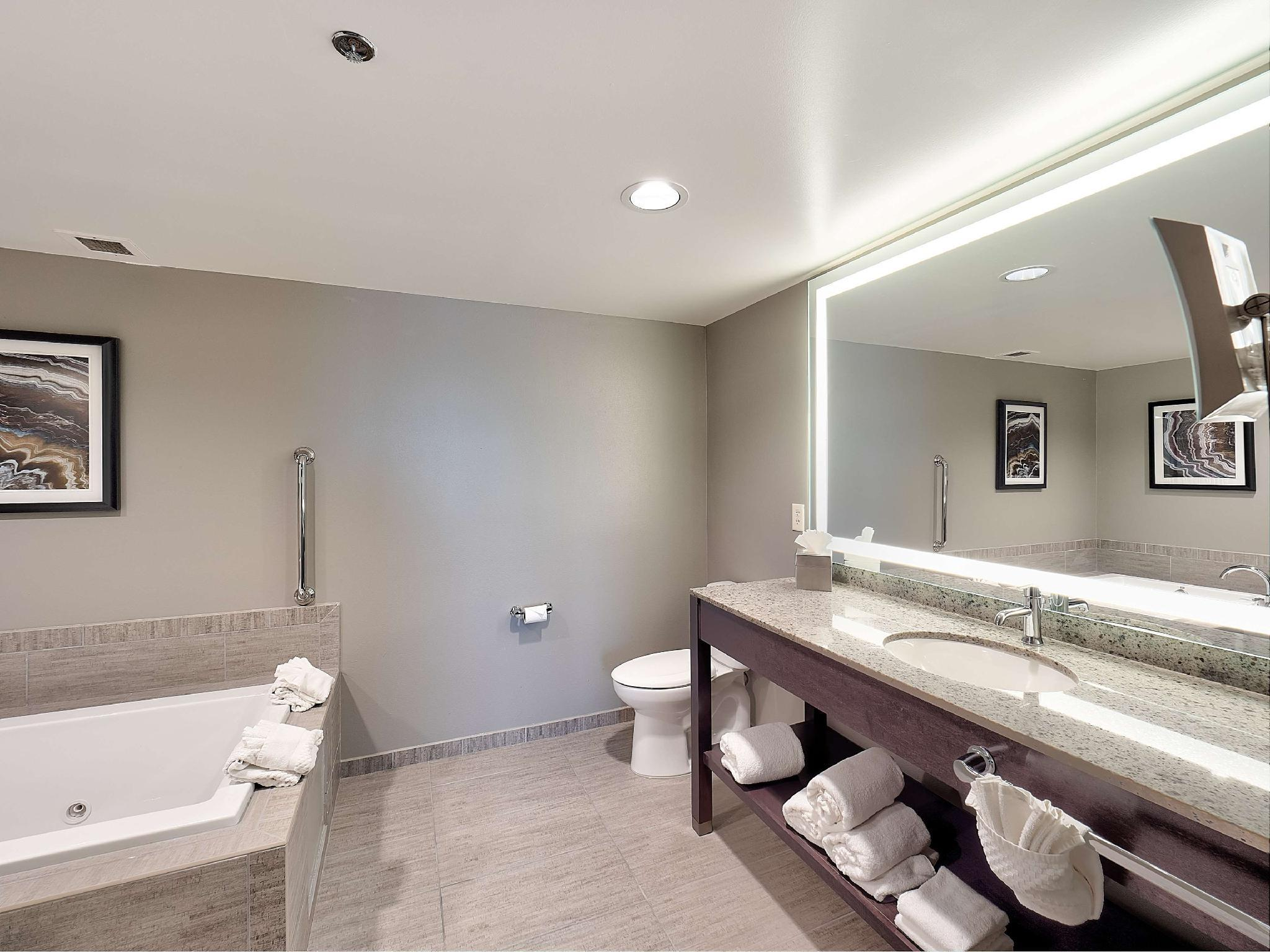 Doubletree Hotel Bloomington in Bloomington (IL) - Room Deals