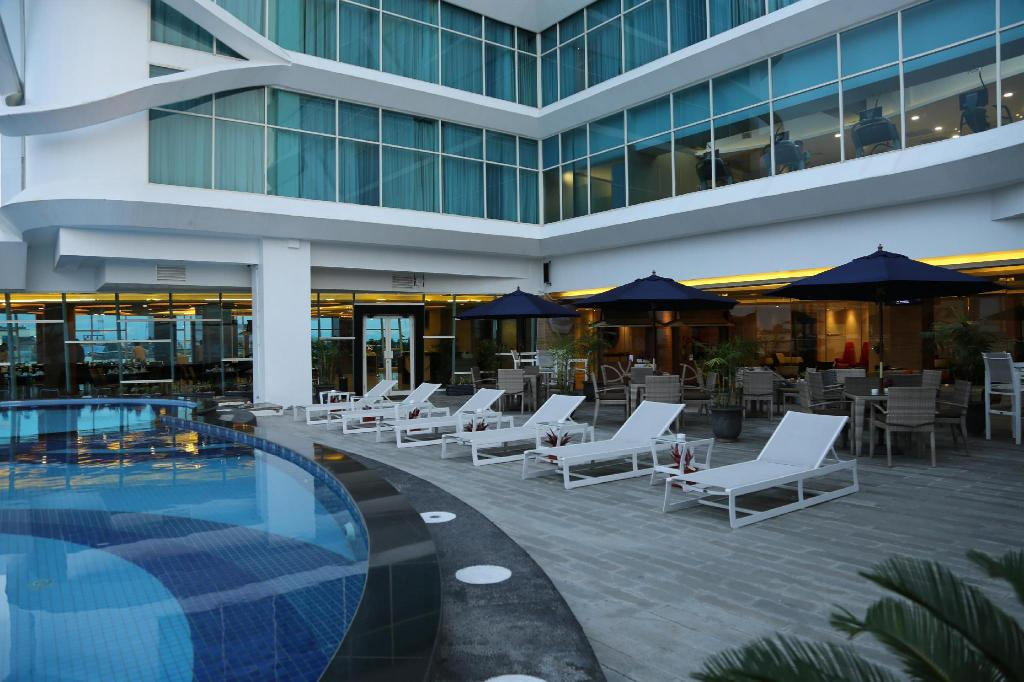 Swimming pool Golden Tulip Galaxy Hotel Banjarmasin