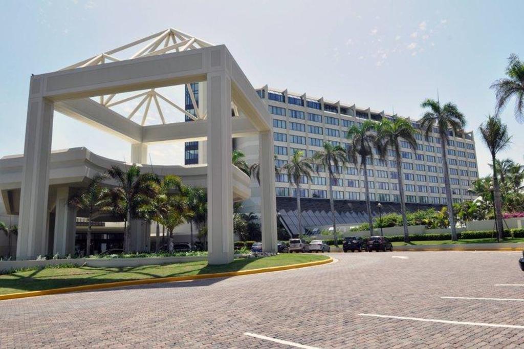 Resultado de imagen para Renaissance Santo Domingo Jaragua Hotel & Casino