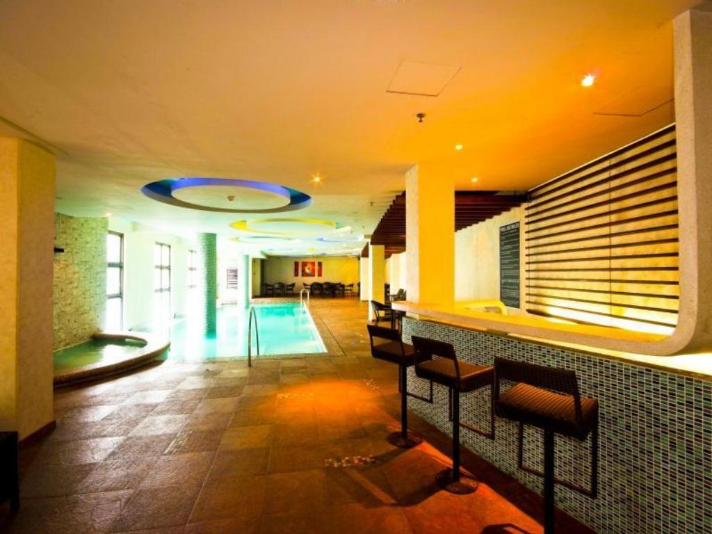 Swimming pool Mallberry Suites Business Hotel