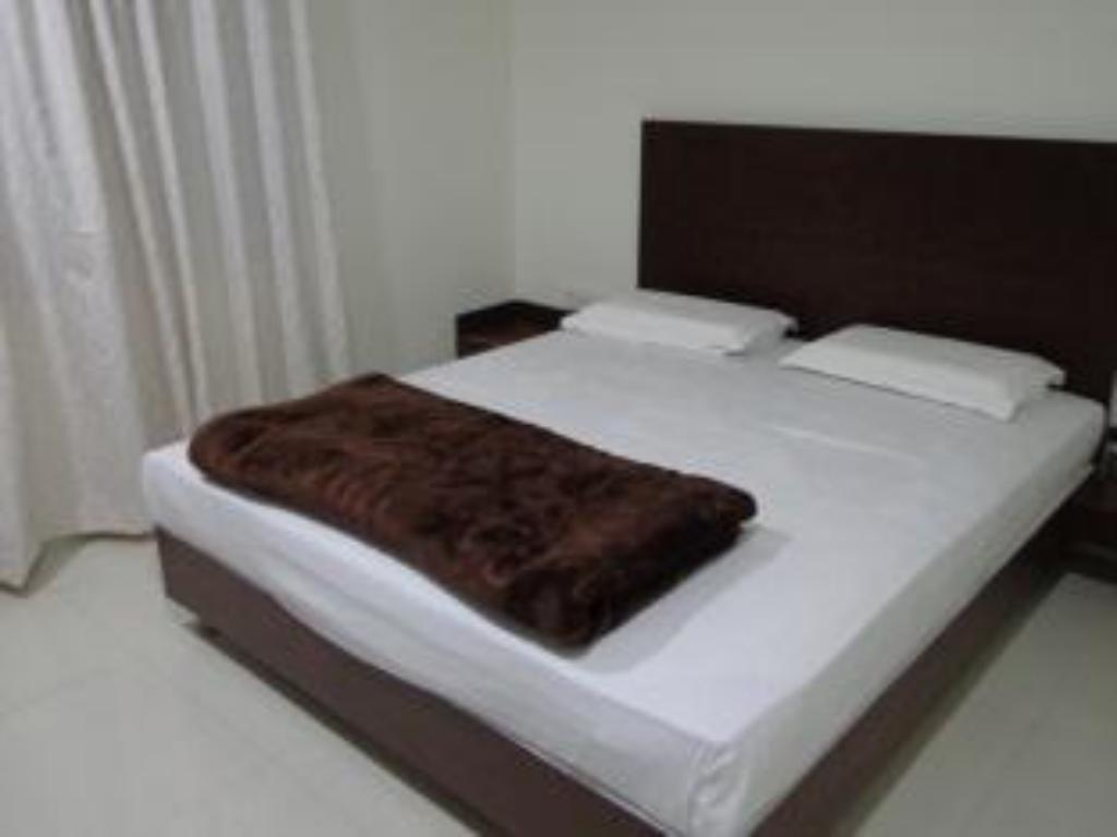 Deluxe Triple Bed Air Conditioning - Bed Hotel Maheshwari Avenue