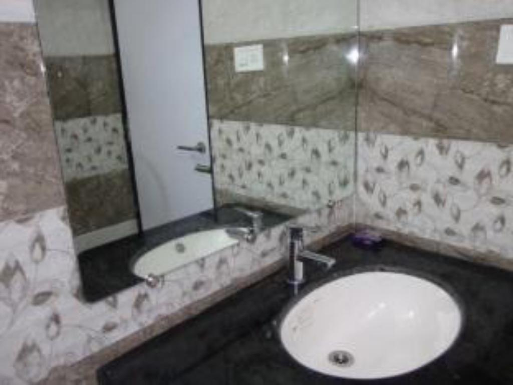 Bathroom Hotel Maheshwari Avenue