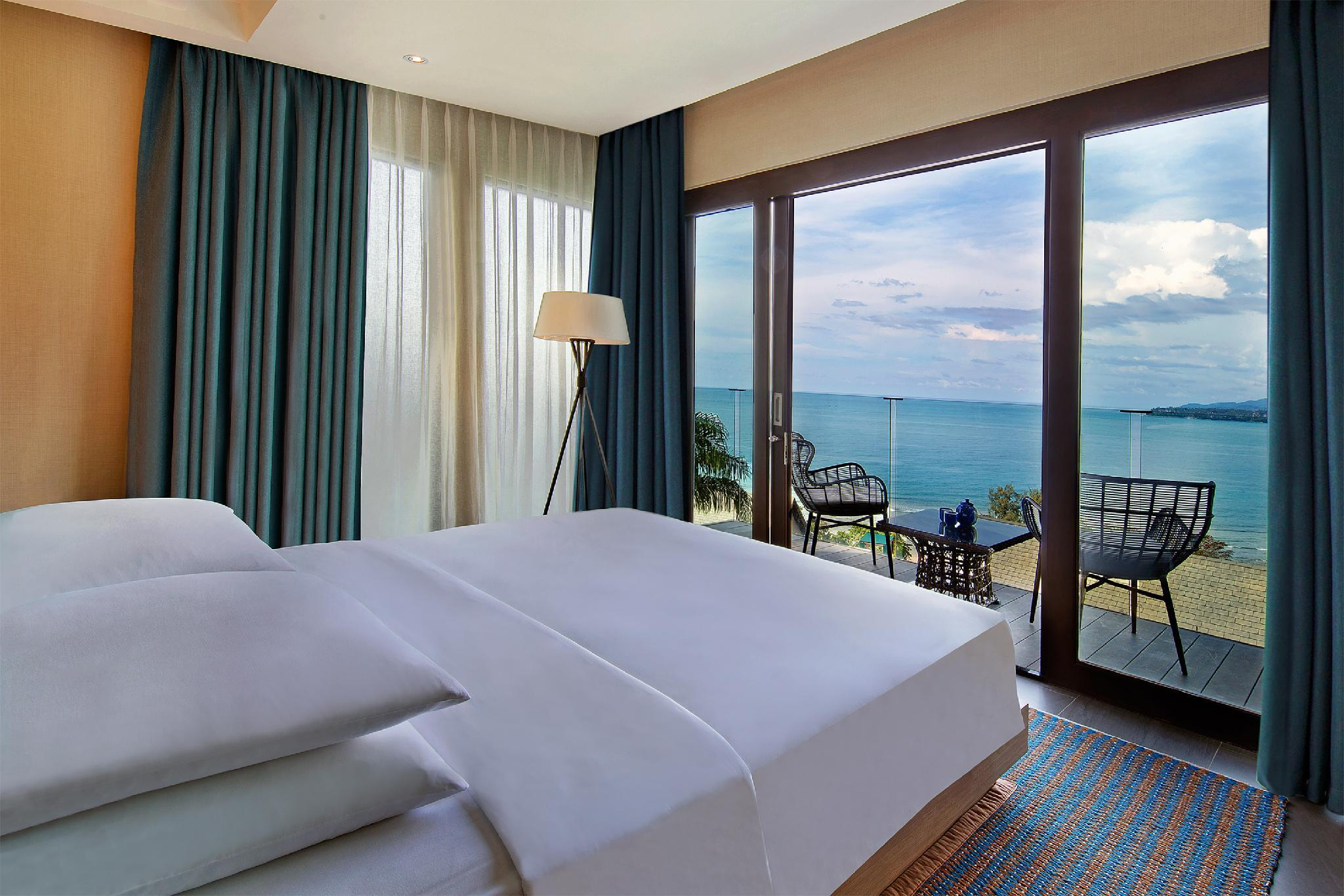 1 King Bed Hilltop Ocean View Suite