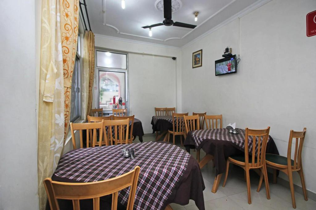 Coffee shop Hotel Anuj Regency