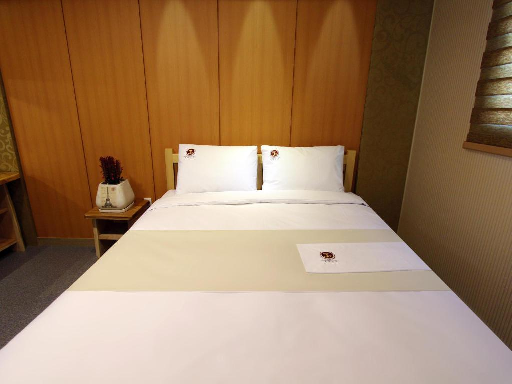 Standard Double Bed Room - Bed J2 Hotel