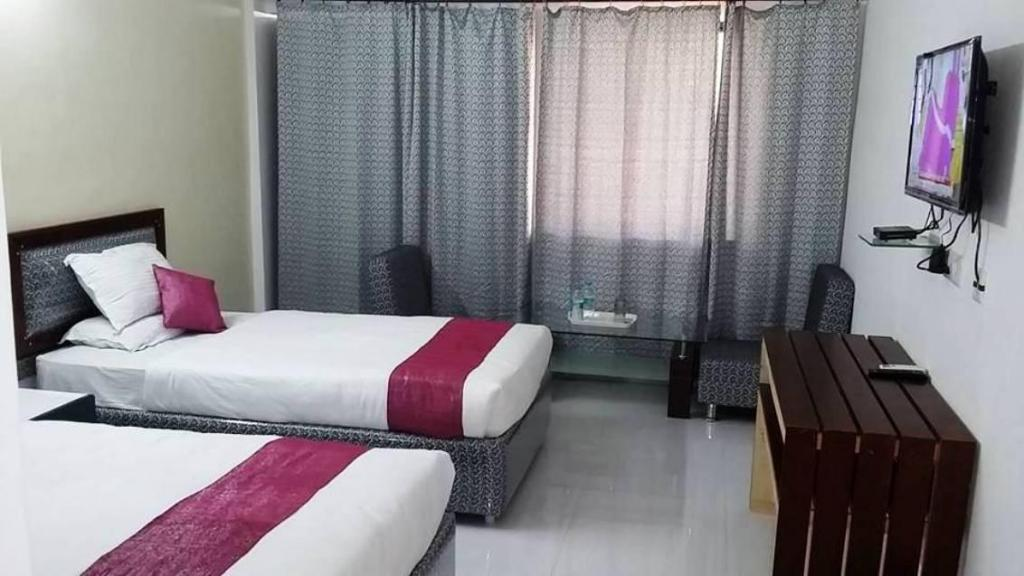 Deluxe - Guestroom Hotel R K Palace