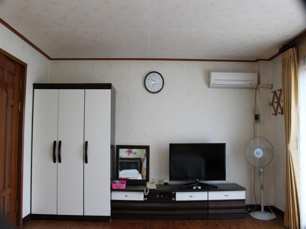 Family Room - TV Jeju Feel House Pension