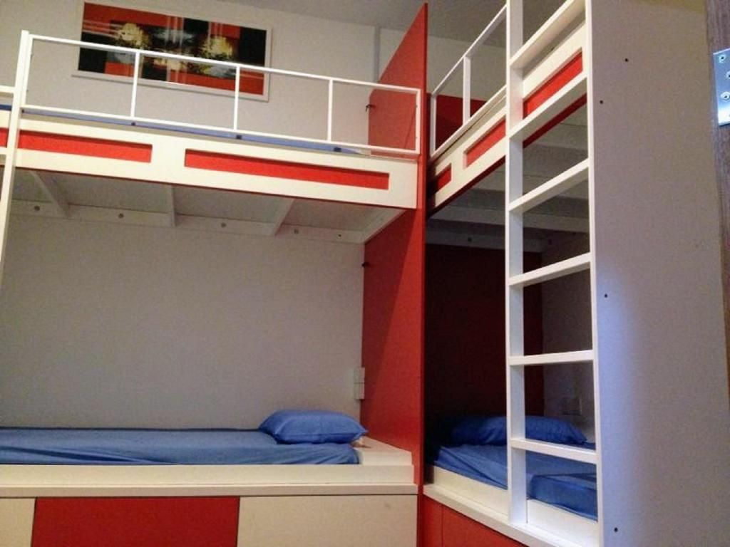 Entire Private 4-Bunk-Bed Dormitory with Shared Bathroom - Mixed - Bedroom