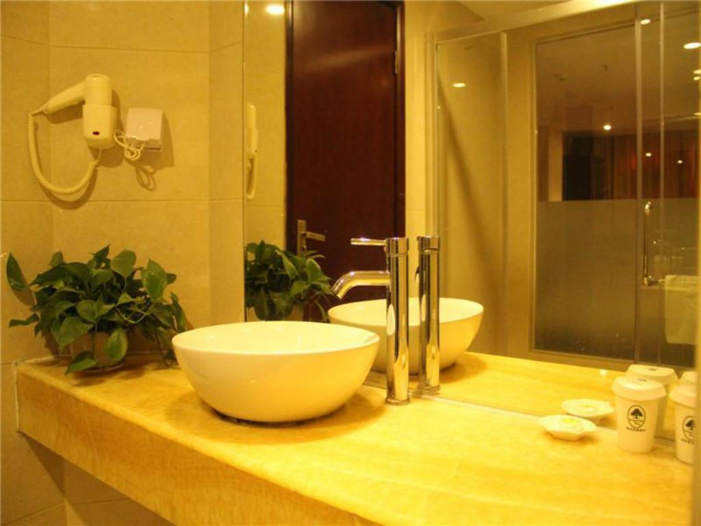 Bathroom GreenTree Inn Guangzhou Baiyun West Huangshi Road Express Hotel