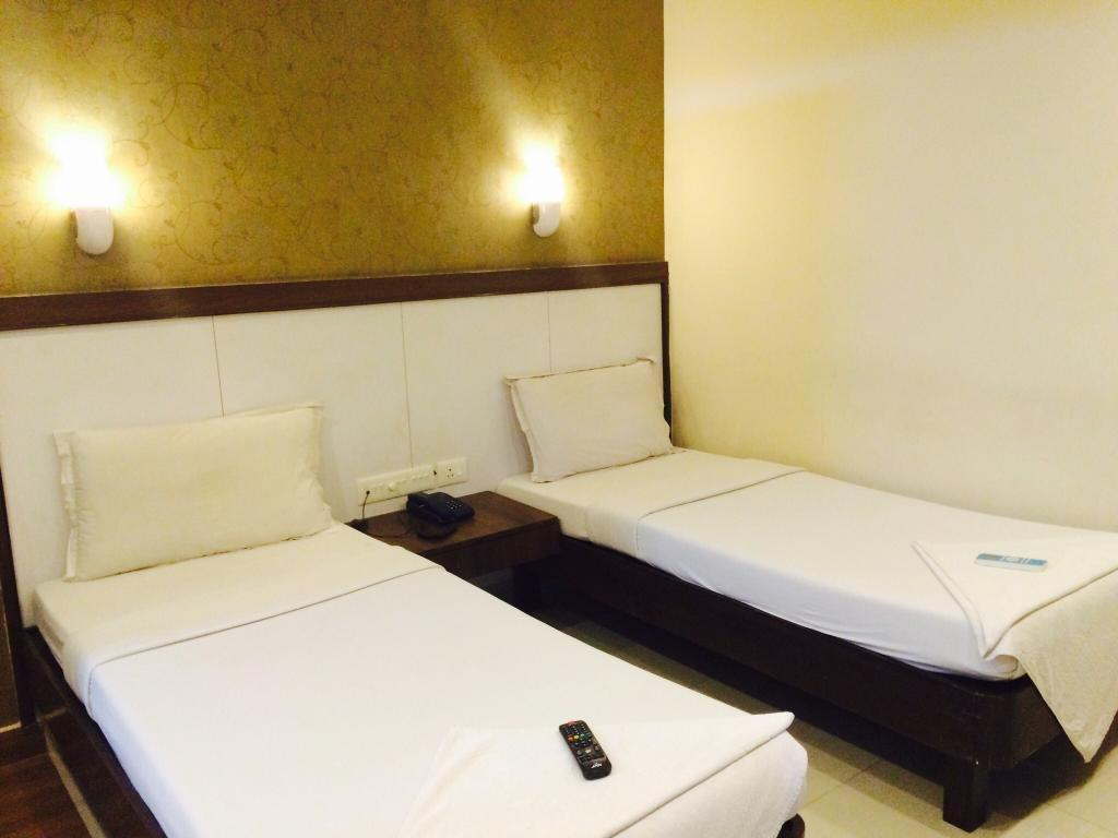 Deluxe Room - Bed Hotel Emerald Manor Chennai