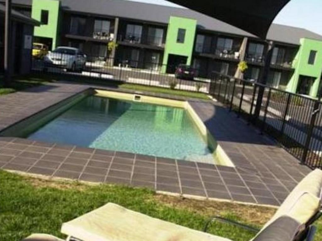 Swimming pool Quest Sale Serviced Apartments and Conference Centre