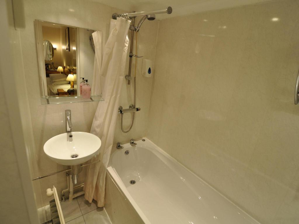 Bathroom The Roundabout Hotel