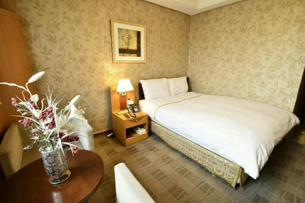 Double Bed Room - Interior view Hotel Samwon Plaza