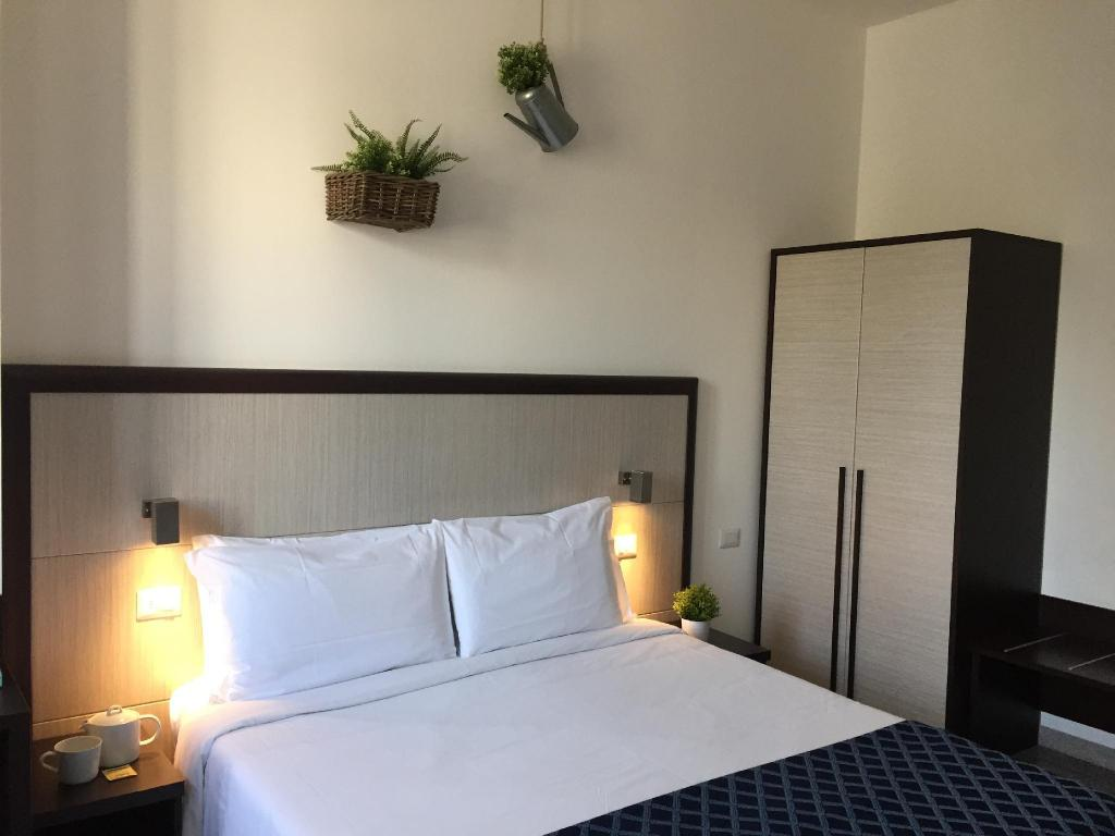 Double Room with French Bed - Bedroom Esco Hotel Milano