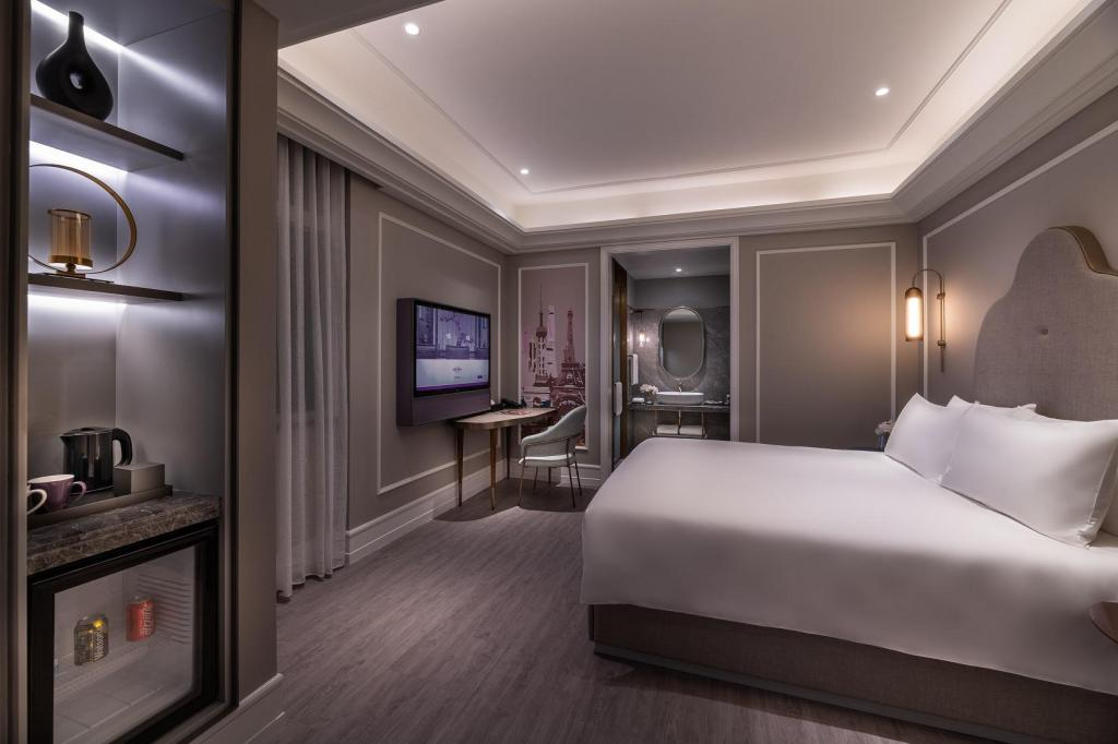 Superior King Size Bed - View Mercure Shanghai Yu Garden