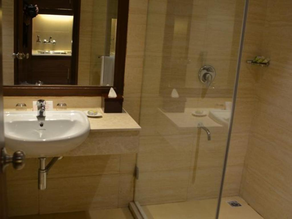 Baño The Lalit Traveller Hotel