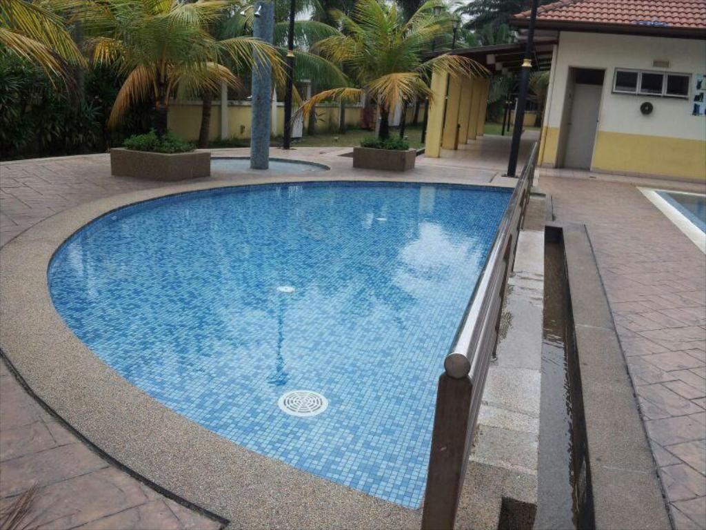 Kolam renang Tropical Living Condo