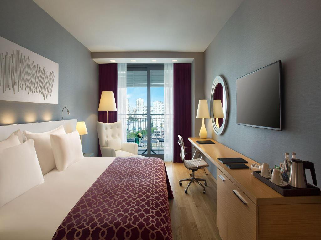 Deluxe City View - Guestroom Akra Hotel