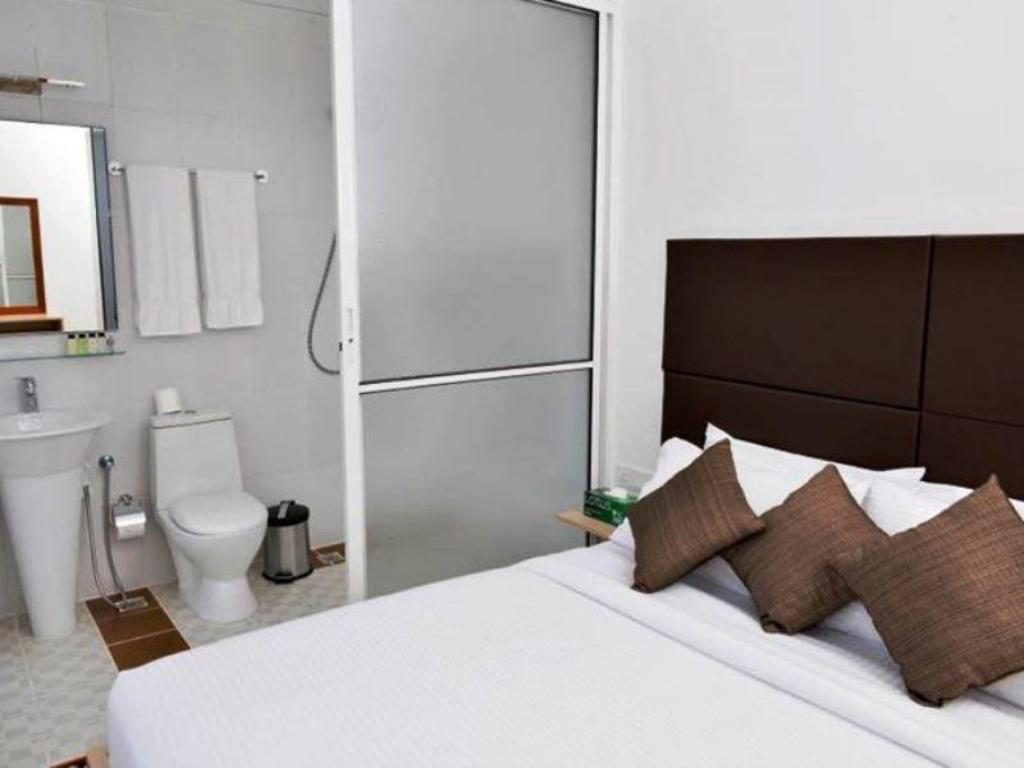 Standard Double Room with Free Airport Shuttle Service Airport Comfort Inn