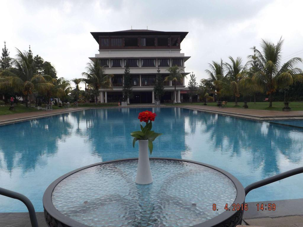 Best price on jimmers mountain resort in puncak reviews for Pool garden mountain resort argao