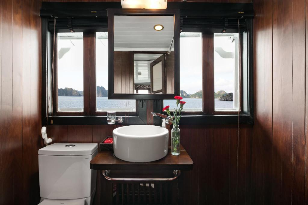 Deluxe Double or Twin Room - 1 Night On Boat 2 Days - Bathroom Carina Cruise Halong Bay