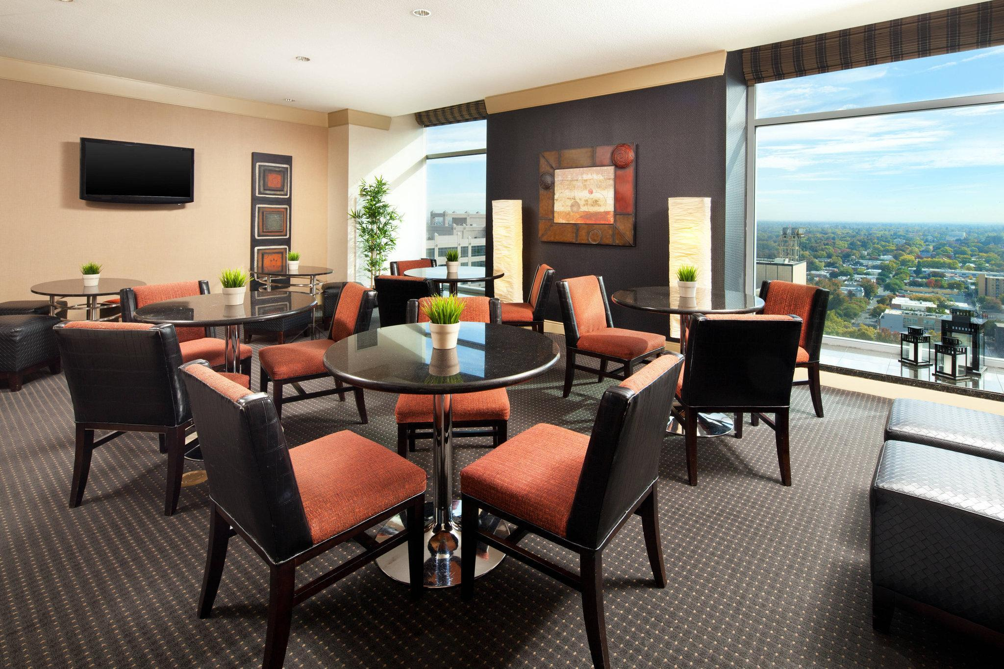 Club lounge access, Guest room, 1 King, City view