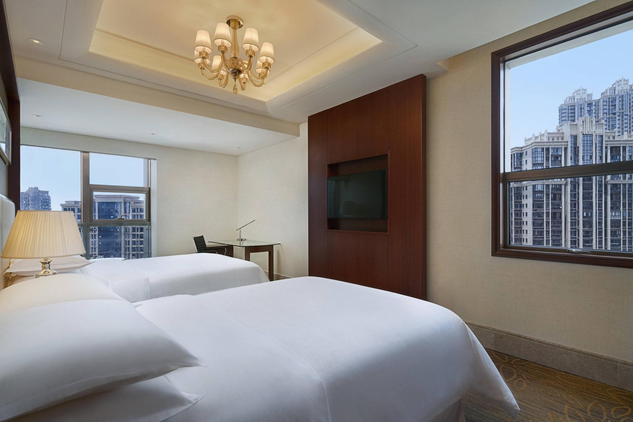 Deluxe Suite, Club lounge access, 2 Bedroom Larger Suite, City view
