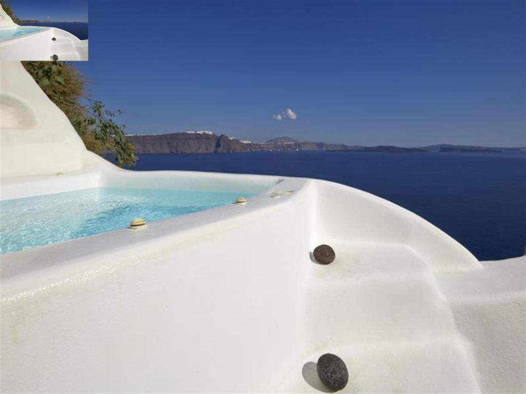 Junior Suite with External Jacuzzi - Pool Liakada Oia Suites