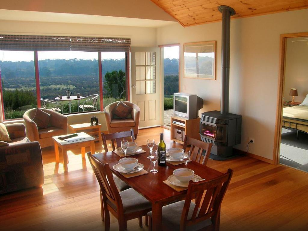 1 Bedroom Cottage - Dining room/area Frog Gully Cottages