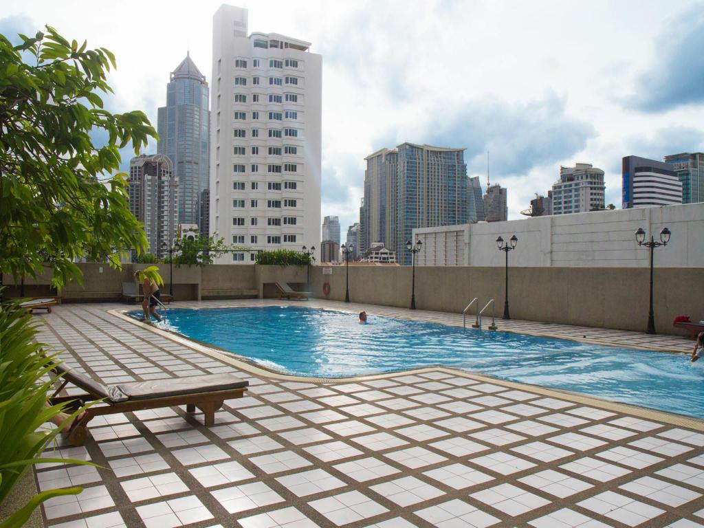 Swimming pool Omni Tower Syncate Suites