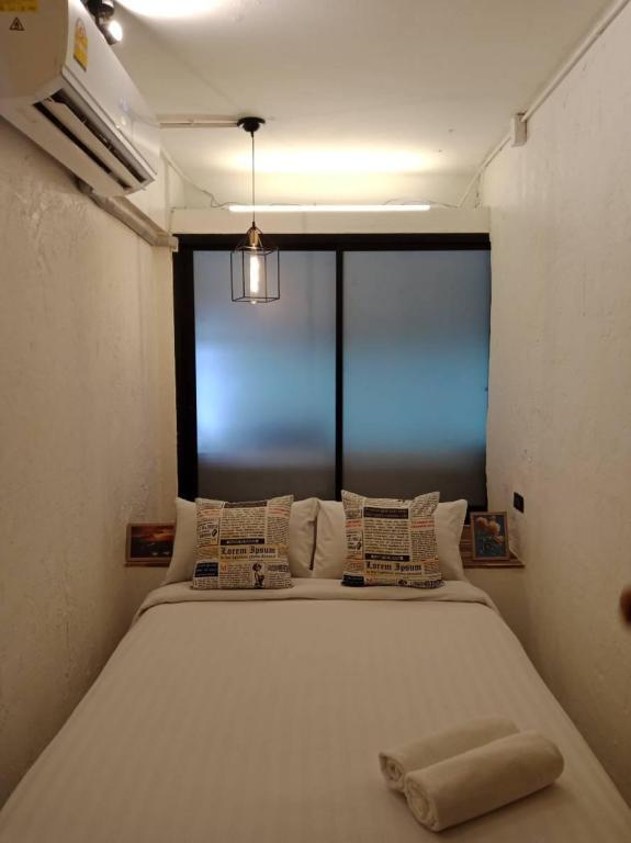 Economy Double Room with Shared Bathroom - Room plan Glad Bangkok Hostel Bar and Restaurant