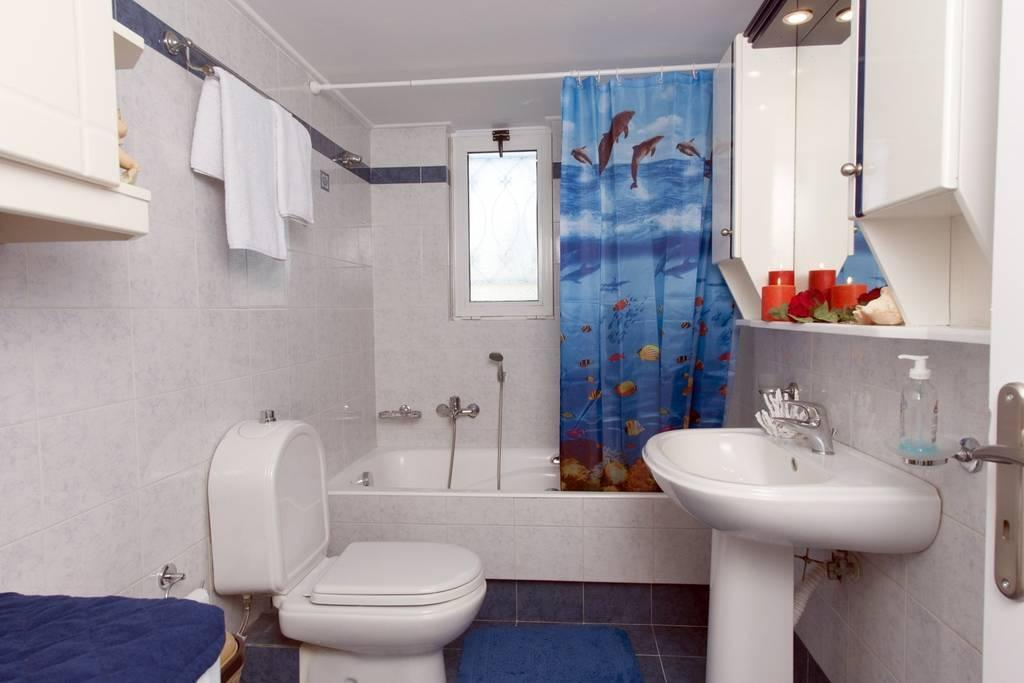 "Badezimmer  (95 m²), 2 Schlafzimmer und 2 eigene Badezimmer in Pharae (""Greenhouse"" in the city and close to the beach)"