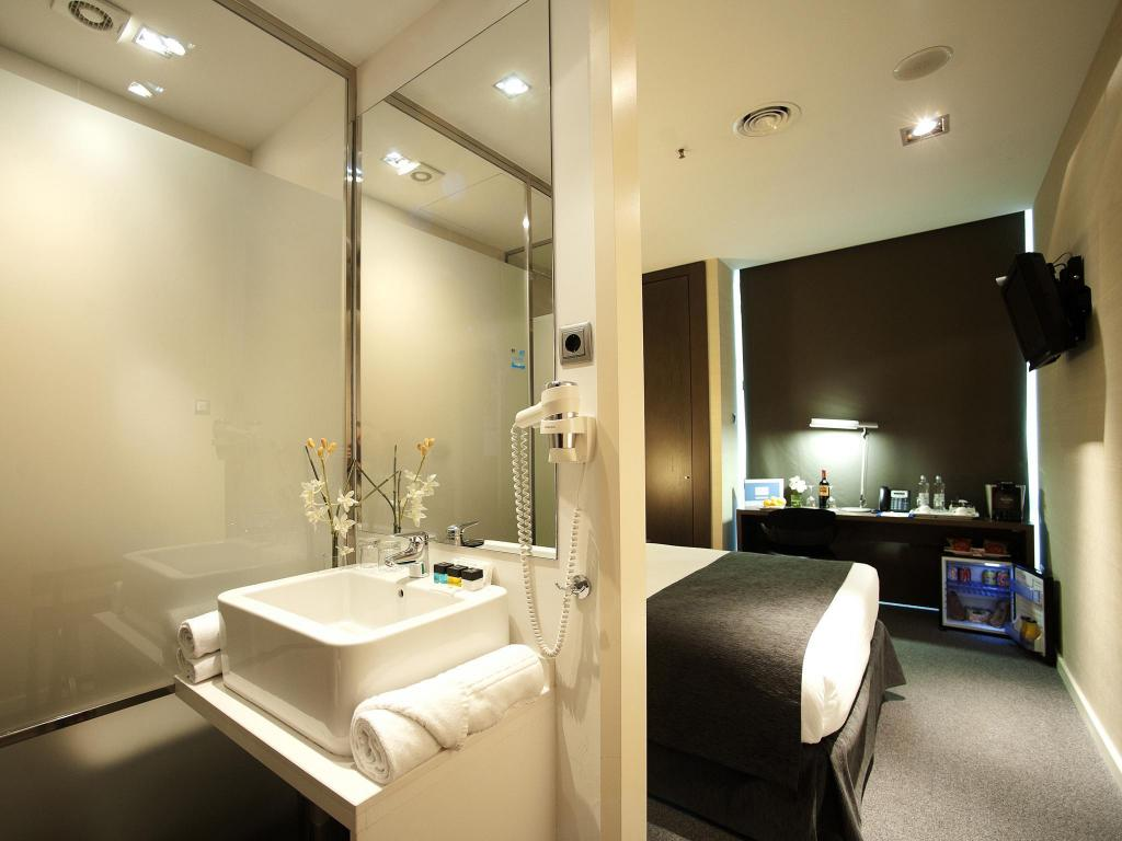 Double Room - Bathroom Air Rooms Barcelona Airport by Premium Traveller
