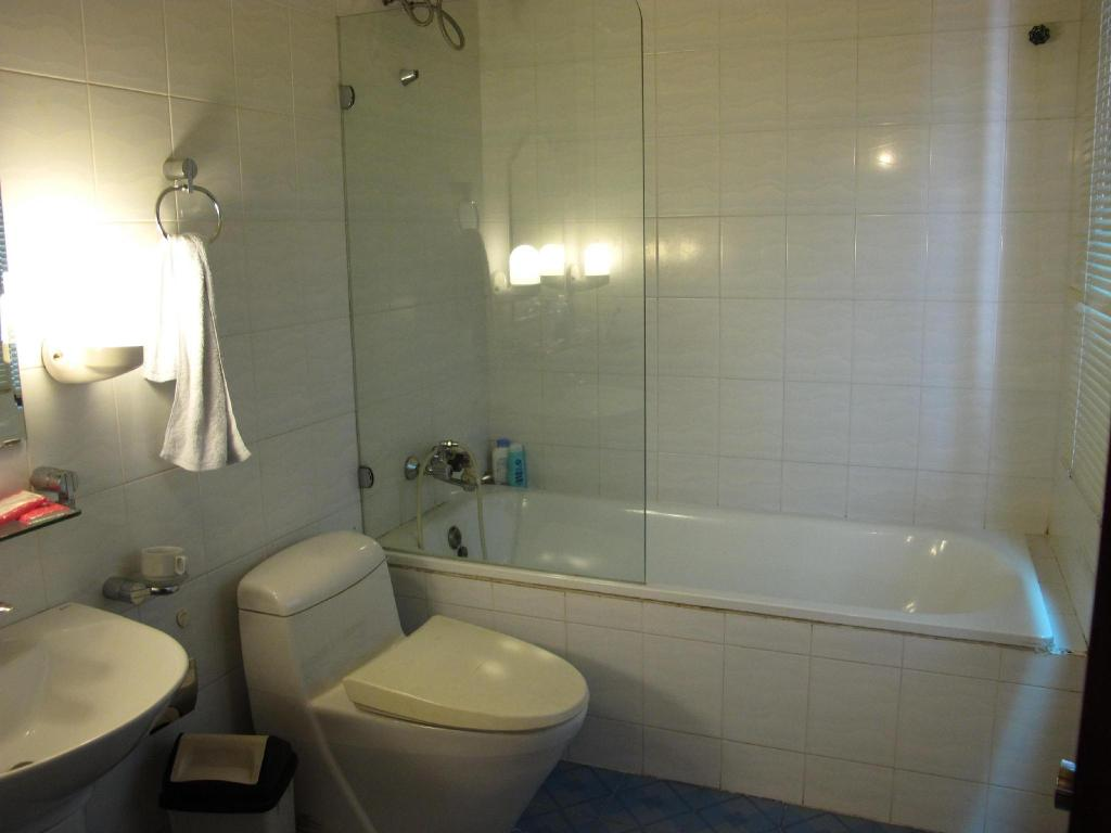 Bathroom Moonlight Serviced Apartment - District 1