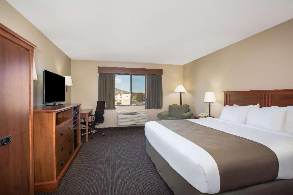 1 King Bed Non-Smoking - Guestroom AmericInn by Wyndham Sioux City