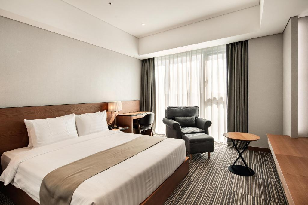 1 Double Bed with Breakfast Golden Tulip Incheon Airport Hotel