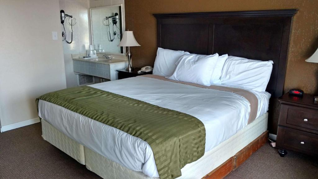 1 King Bed Non-Smoking - Guestroom Americas Best Value Inn & Suites Kansas City
