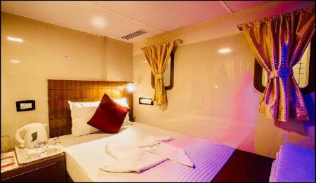 Business Class Cabin - Male Only - Bed Qubestay Airport Capsule Hotel & Hostel