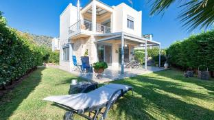 Elegant maisonette with Garden, steps to the Beach