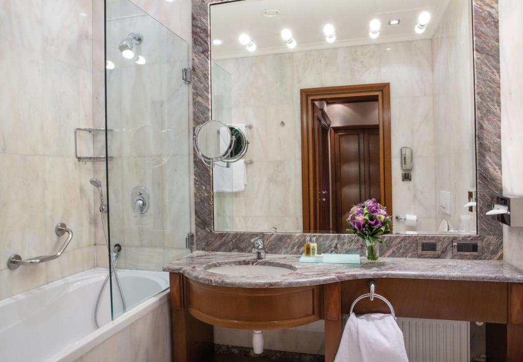 Bathroom Carlo IV, The Dedica Anthology, Autograph Collection