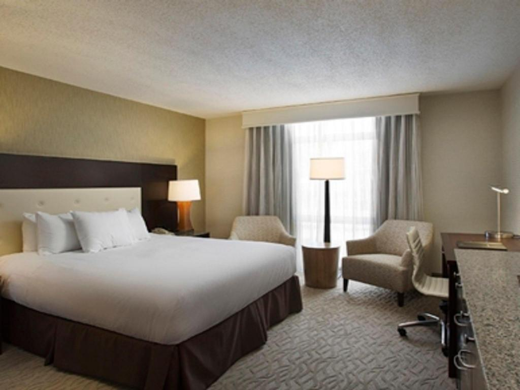 1 King Accessible with Bathtub Hilton Oakland Airport Hotel